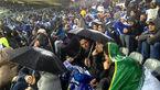 حضور ۲۰ هزار نفر و افزایش شدت بارش باران/ تشویق منصوریان و شعار علیه استقلال