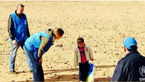 عکسی که اشک همه را در آورد / کودک ٤ ساله سوری با لباس مادر مرده اش به تنهایی در حال مهاجرت بود!
