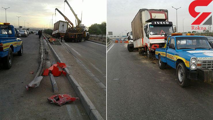 واژگون شدن کامیونت در بزرگراه آزادگان+عکس