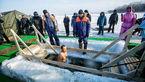 حمام کردن در وسط یخ های روسیه/در دمای منفی 20 درجه برهنه در آب فرو می روند+عکس