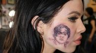 خالکوبی عجیب یک خواننده جوان روی صورتش+عکس