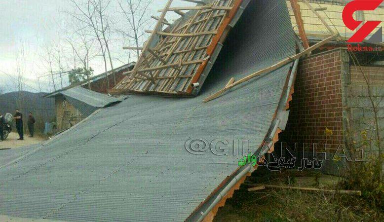 تندباد در ماسال سقف یک خانه را کند و بر سر عابر پیاده فرود آورد+ عکس