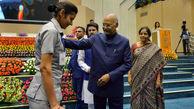 اقدام متواضعانه رئیس جمهور هندوستان در یک مراسم سخنرانی + فیلم