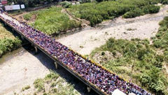 صف مهاجرت شهروندان ونزوئلا روی پُل‼️ + عکس