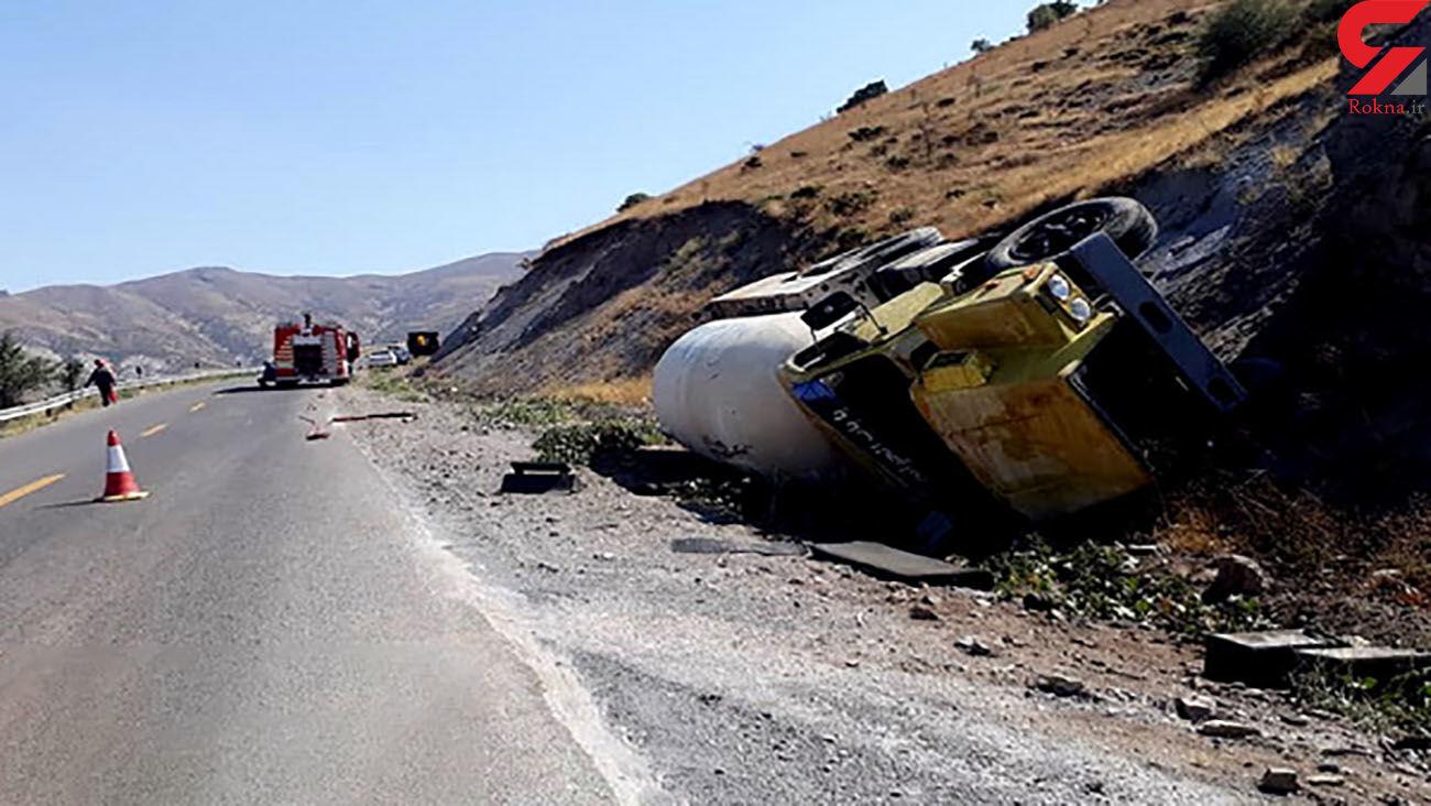 کامیون حامل ۸ تن گاز مایع در محور الموت واژگون شد