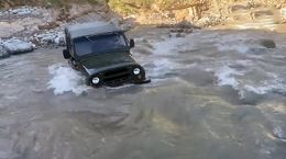 دردسر خاموش شدن خودروی جیپ وسط رودخانه خروشان + فیلم و عکس