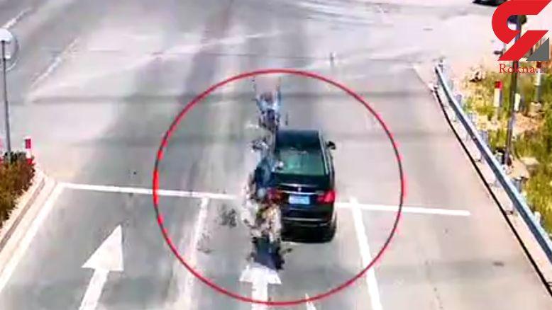 برخورد مرگبار موتورسیکلت به خودرو در پشت چراغ قرمز + فیلم