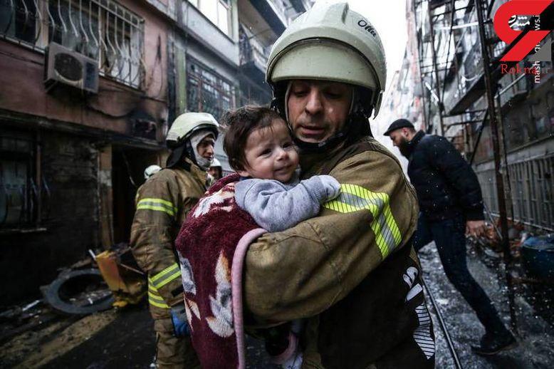 عکس/ نجات نوزاد توسط آتش نشان فداکار از محل انفجار گاز