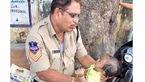 نگهداری پلیس مهربان از نوزاد 4 ماهه به خاطر امتحان مادر بچه + عکس