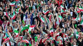 سلفی دختران ایرانی با نماینده فیفا در ورزشگاه آزادی + فیلم
