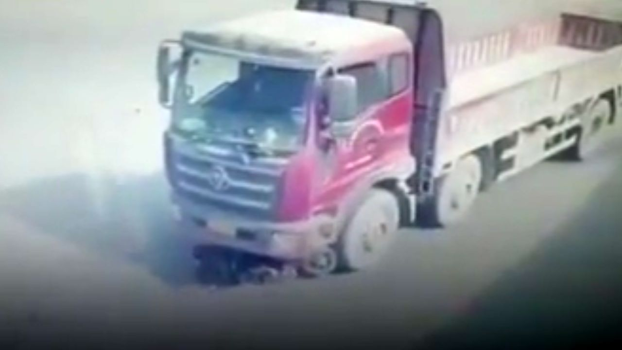 راننده کامیون 10 متر زن جوان را روی زمین کشید + فیلم