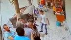 دختر بچه در حال سقوط را مردم روی هوا گرفتند + فیلم  لحظه حادثه