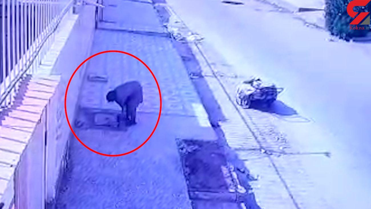 فیلم لحظه سرقت دریچه های سنگین فاضلاب توسط زن قدرتمند / در آبادان فاش شد