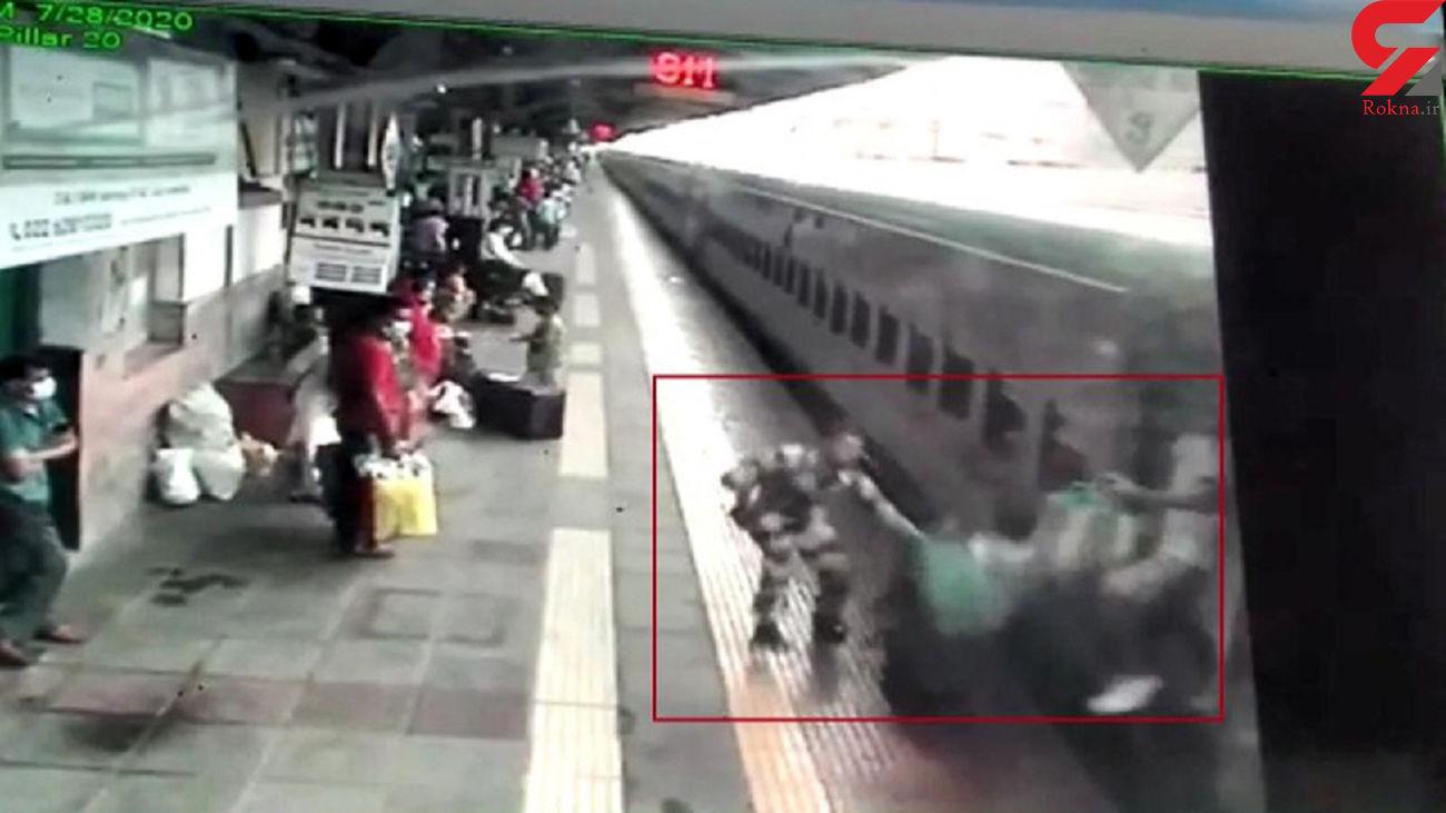 نجات مسافر سقوط کرده به زیر قطار در آخرین لحظه ! + فیلم / هند