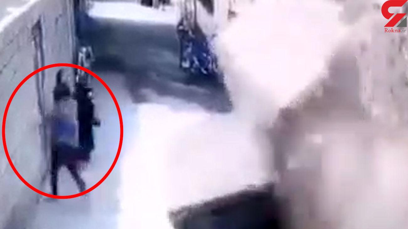 فیلم لحظه وحشت زرندی ها در ریزش دیوار   ماشین ها له شدند