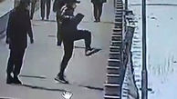 اقدام احمقانه یک مرد خیابان / خودش هم شوکه شد + فیلم / چین