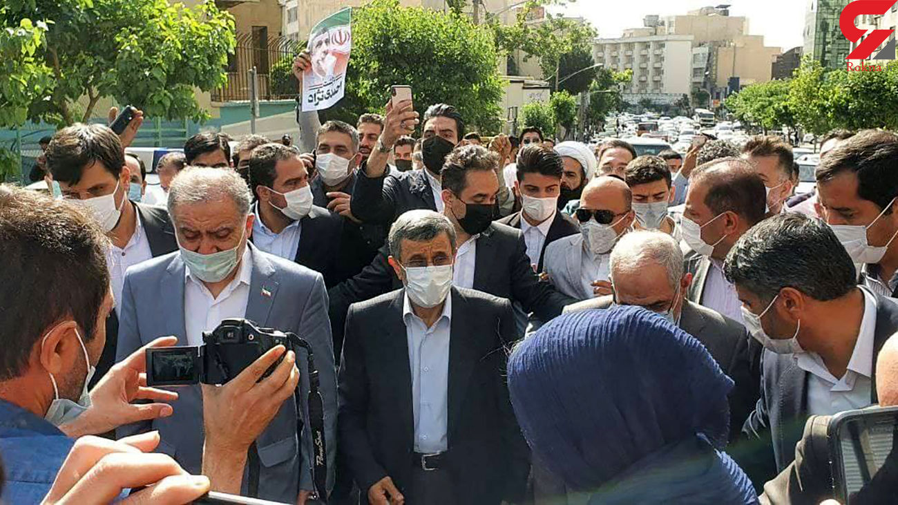 فیلم ورود احمدی نژاد به ستاد انتخابات وزارت کشور/ از میدان فاطمی پیاده رفت