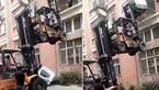 سقوط وحشتناک ماشین لباسشویی از لیفتراک!+فیلم