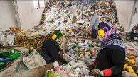 جستجوی زنانه برای یک لقمه نان در کوههای زباله اهواز+ عکس