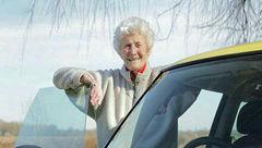 زن 104 سال پس از 88 بار رد شدن بلاخره گواهینامه اش را گرفت+عکس